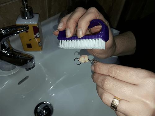 limpiar una protesis dental en casa